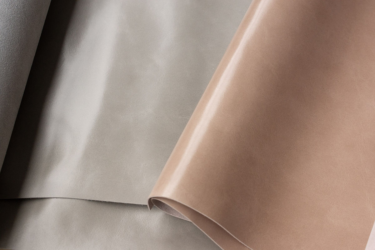 ミラノのモンフリーニ社が手掛けたソフトで独特な透明感を持つクロム鞣しレザーを使用