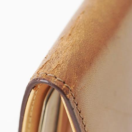 革は乾燥するとひび割れたり、シミができやすくなります。