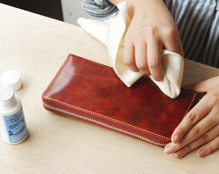 ステインリムーバーを布にとって、革表面や毛穴に入り込んだ汚れを除去して、新しく塗るクリーム・オイルを浸透しやすくします。