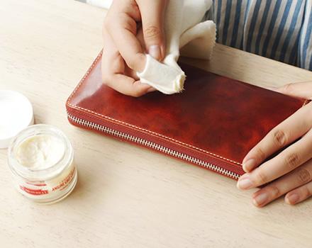 ケアクリームを少量取って布になじませて薄く塗り広げます。一度に大量に付けずに薄く、何度か繰り返すとムラなく塗ることができます。