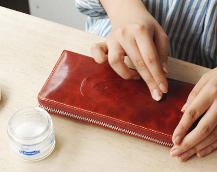 デリケートクリームの場合は、指に直接取って塗っても大丈夫です。素早く塗り広げられます。