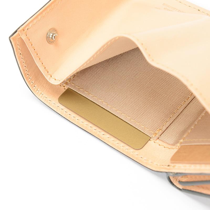 カードは隠しポケット含めて3枚分収納可能