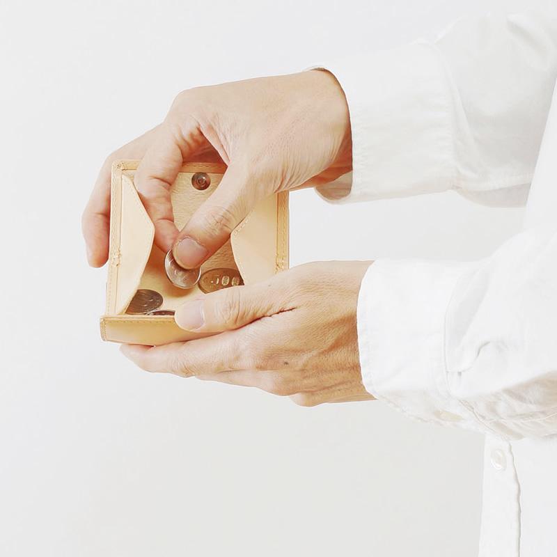 コインの種類が一目瞭然。箱状に大きく開く小銭入れ
