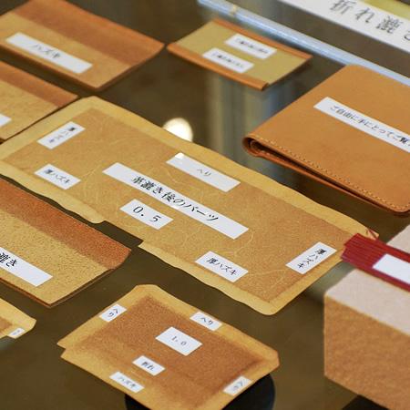 本社ビルにある上野店では革漉き技術をご紹介しています