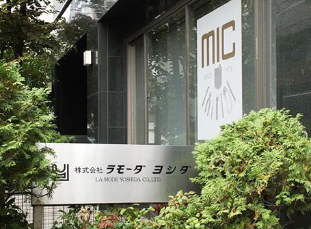 台東区東上野のラモーダヨシダ本社ビル入り口