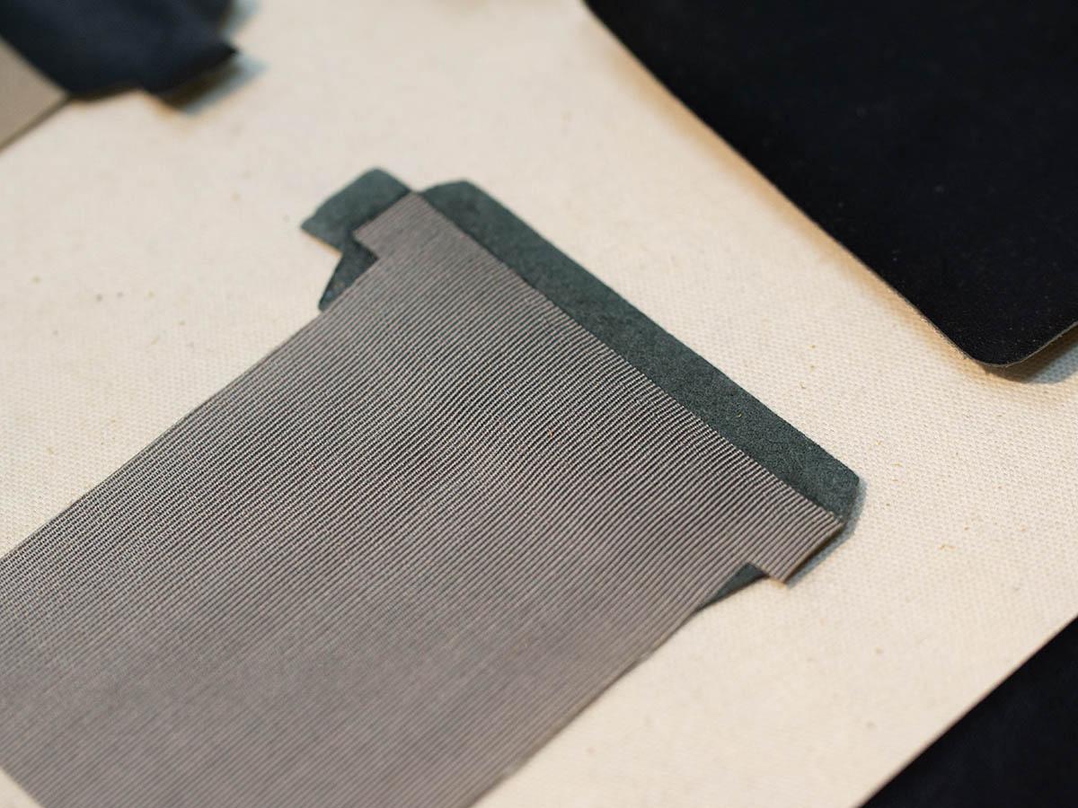 革と生地を貼り合わせたパーツの裏側
